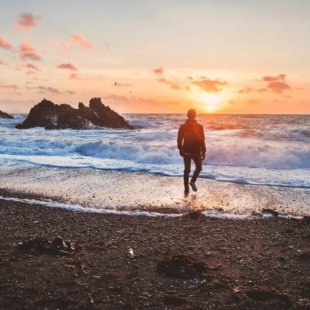 해변을 보는 남자
